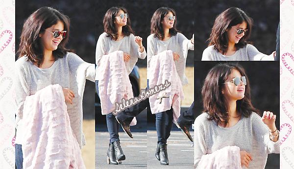 """'  21.01.2015 - Selena était encore une fois sur le set de """"The Revised Fundamentals of Caregiving"""" à Atlanta Côté tenue, c'est un TOP pour notre belle Gomez. J'adore ces lunettes encore une fois '"""