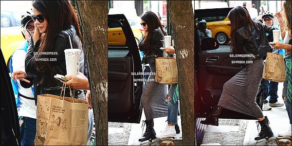 10.Juillet.2014 : Selena a été aperçue lorsqu'elle rentrait à son hotêl, à New York