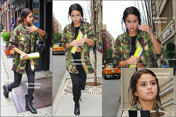 10.Juillet.2014 : Selena était à une réunion avec l'une de ces amie, à New York