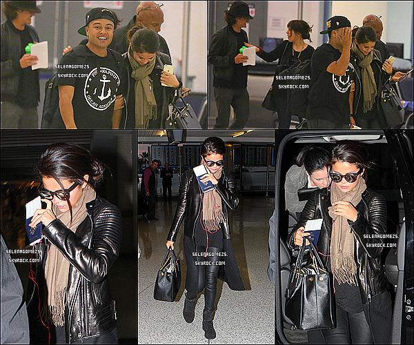 20/10/2014 : Selena et Alfredo ont été vues alors qu'ils allaient prendre un vol à l'aéroport de l'AX