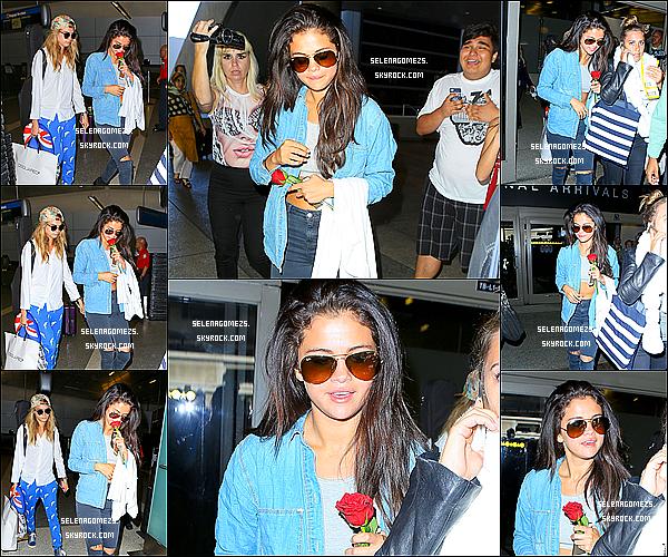 24.Juillet.2014 : Selena et son amie Cara ont été vues arrivant à l'aéroport de l'AX