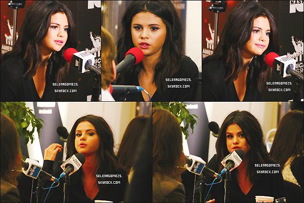 """21/11/2014 : Selena était présente à la """"Red Carpet Radio Presented by Westwood One"""", Los Angeles"""