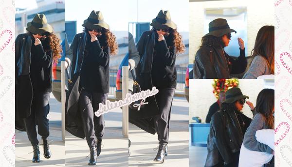 '  15.12.2014 - Selena a été vue arrivant à l'aéroport JFK International, de New York. Côté tenue Selena nous a fait un petit Flop pour ma part. Le, total look noir n'est pas génial génial. '
