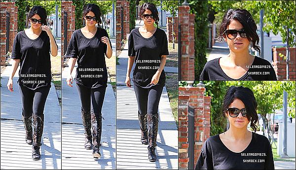 12.Juin.2014 : Selena a été vue alors qu'elle se promenait dans Los Angeles