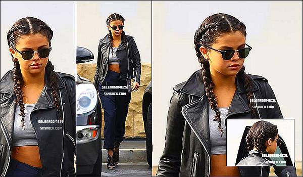 02.08.2014 : Selena a été vue quittant une supérette à Los Angeles, Californie
