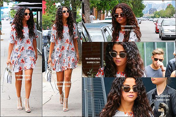 02.08.2014 : Selena est allée manger à un restaurant dans Los Angeles