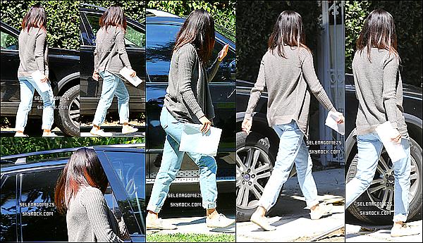 12.09.2014 : Selena a été apperçue alors qu'elle se rendait à un studio, Los Angeles