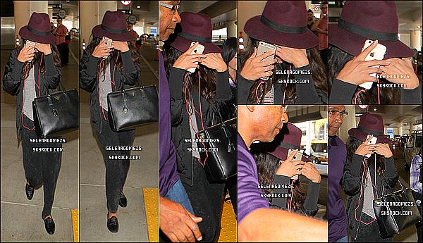 14.10.2014 : Selena a été vue arrivant de l'aéroport de Los Angeles, en Californie