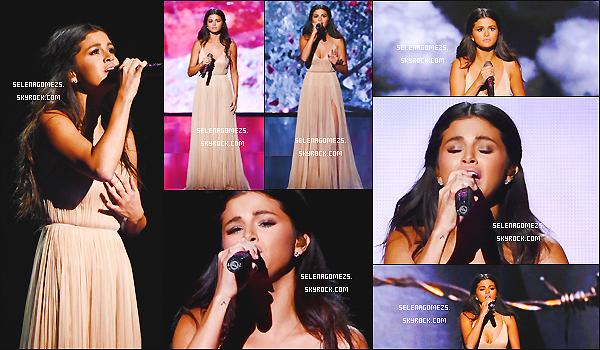 23/11/2014 : Selena était présente aux American Music Awards, Los Angeles