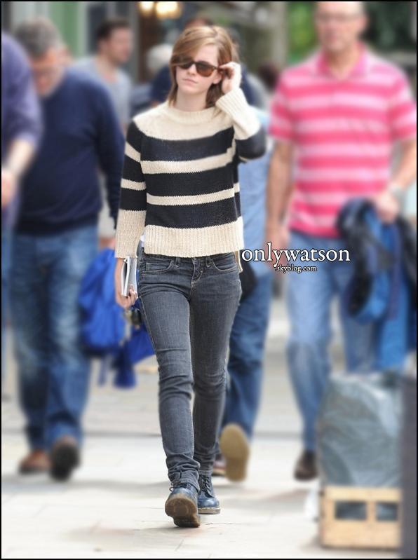 26.08.12 : Toujours à Londres avec Will.  Emma profite de ces beaux instants avec son amoureux, avant de repartir à New York pour continuer le tournage du film Noah !