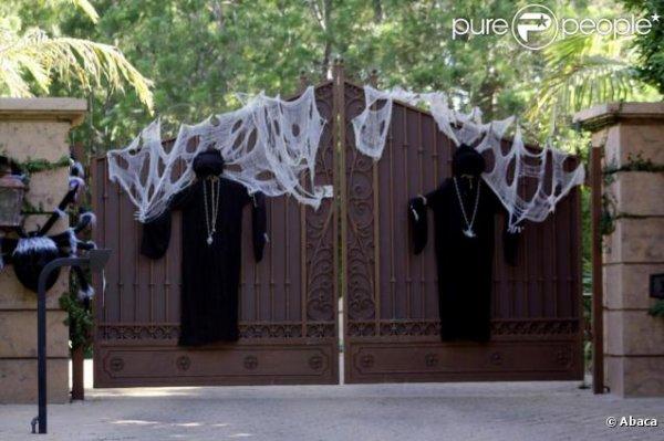 maison de miley cyrus a los angeles la porte decorer pour halloween a los anges (californie !