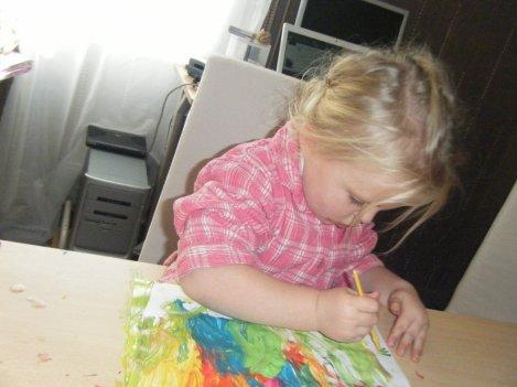 p0upette qui fait de la peinture