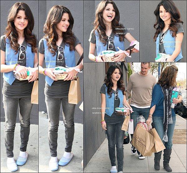 . 9 Janvier 2008 Selena, sa mère et son beau-père allant aux GOLDEN GLOBES à HOLLYWOOD .
