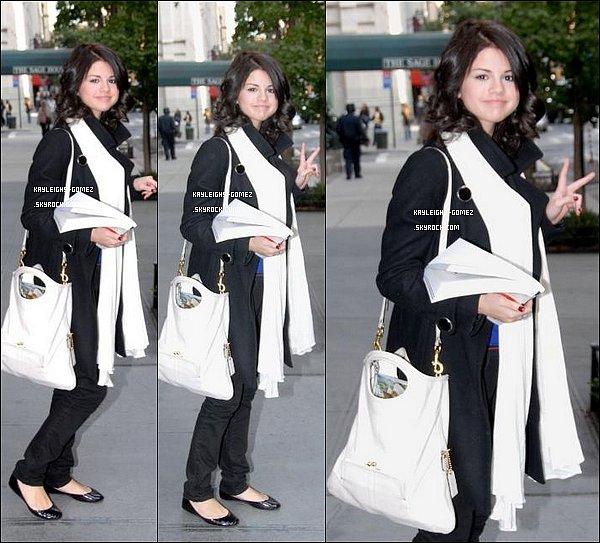 . 24 Octobre Selena toute souriante à était vue quitter sont hôtel de Manhattan. .