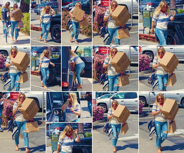 17/03/17 - Hilary a été photographiée carton dans les bras lors d'une petite balade toute seule dans Brentwood en Californie