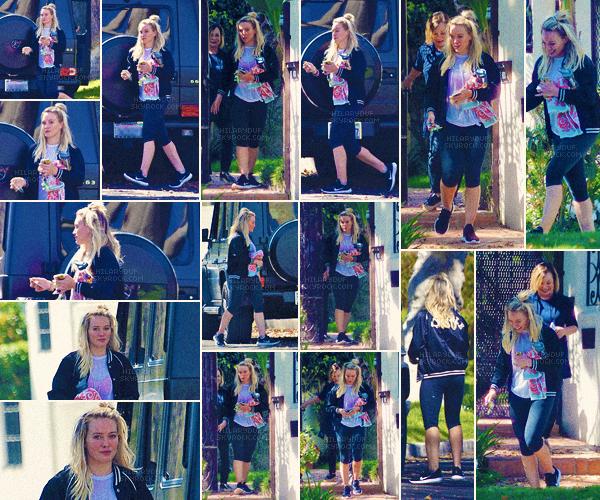 13/03/17 - Hilary a été vu allant rendre une petite visite à sa maman dans le quartier Studio City en Californie toute seule.