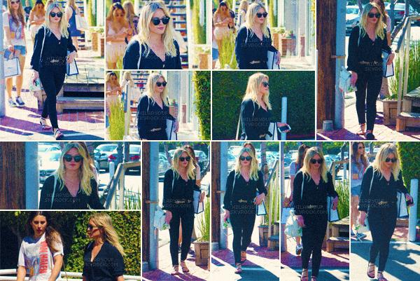 12/03/17 - Hilary a été vu de sortie à West Hollywood pour se rendre a Starbucks puis pour aller faire du shopping