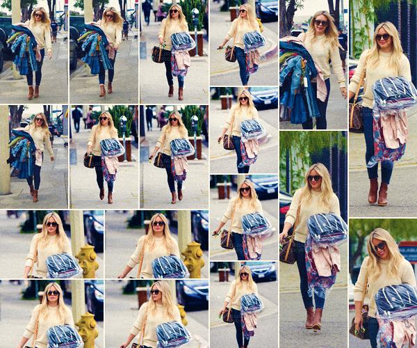 21/03/17 - Hilary Duff a été photographiée en arrivant puis quittant un pressing dans West Hollywood toute seule..