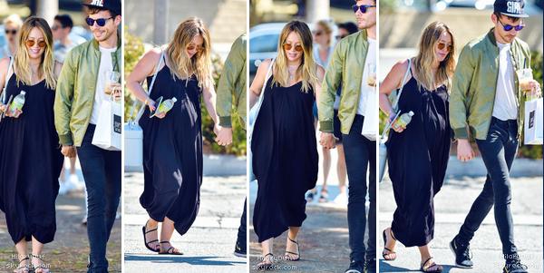 08/09/18 - Notre belle Hilary Duff se promenait sous le soleil avec son petit ami Matthew Koma.  La robe d'Hilary est simple mais avec les sandales je met un top car tout lui va bien. La mise en beauté est belle également.