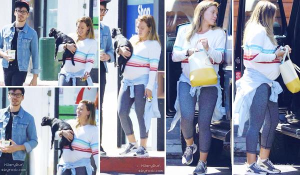 14/09/18 - La splendide Hilary Duff a été aperçu en train de quitter son cours de Yoga à Los Angeles en compagnie de Matthew.  Pour une tenue de sport, je lui met un top. Elle est mignonne et ça lui va bien.