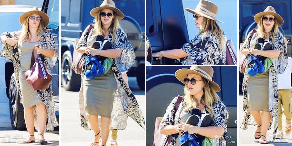 19/09/18 - Notre miss Hilary Duff a été vu dans les rues de Los Angeles en compagnie de son fils Luca.  Je ne suis pas fan du chapeau mais Hilary est mignonne.