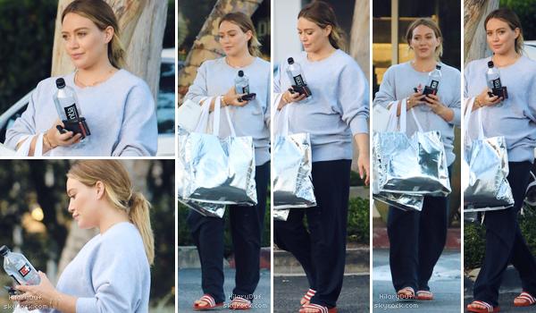 25/09/18 - Notre maman Hilary faisait du shopping dans les rues de Beverly Hills.  C'est un flop total pour moi. Je ne suis pas fan des claquettes, ni du jogging. Par contre sa mise en beauté est belle !