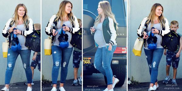 . 27/09/2018 : La belle Hilaryrevenait d'aller chercher son fils Luca à son cours de boxe, à Los Angeles. • Hilaryporte une tenue qui lui va à merveille ! J'adore son jean avec ses chaussures blanches et sa veste. TOP ** • .