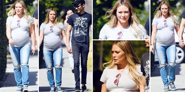 . 30/09/2018 : Notre future maman Hilaryse promenait dans les rues de Los Angeles. • Hilaryporte une tenue assez simple. Son tee shirt gris avec son jean troué et ses baskets lui vont assez bien. C'est simple donc petit top. J'aime la mise en beauté. • .