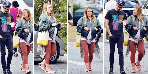 02/10/18 -Hilary faisait du shopping à Los Angeles avec son petit ami Matthew et des amis.  Globalement je ne suis pas fan de la tenue. Les couleurs ne sont pas très accordés.