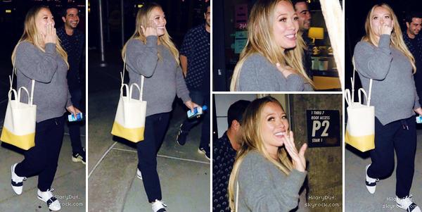 07/10/18 - Dans la soirée, Hilary Duff profitait de sortir avec des amies à Hollywood.  Je la trouve vraiment adorable ! Autant je n'aime pas ses chaussures mais elle est très joyeuse et souriante j'adore ! ♥