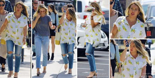 09/10/18 - La missHilary Duff se promenait avec une amie dans les rues de Los Angeles.  Petite tenue simple et estivale pour Hilary. Alors c'est un beau top je trouve !