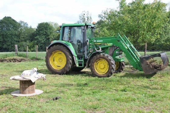 AHAHA Simba, inspecteur des travaux finis.... A côté du superbe tracteur du monsieur qui nous a aidé à construire l'abris 5 étoiles du Poy...