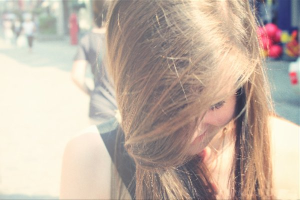«Une petite plume d'oiseau confiée au vent. Un sourire pour les autres.»