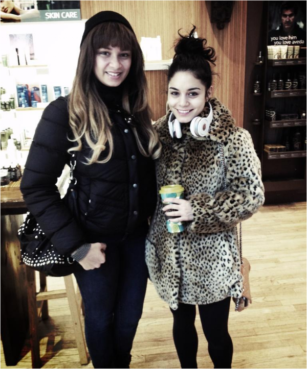 """× """"Je viens juste de rencontrer Vanessa Hudgens elle était siiii gentille"""" - photo postée sur Twitter par une fan."""