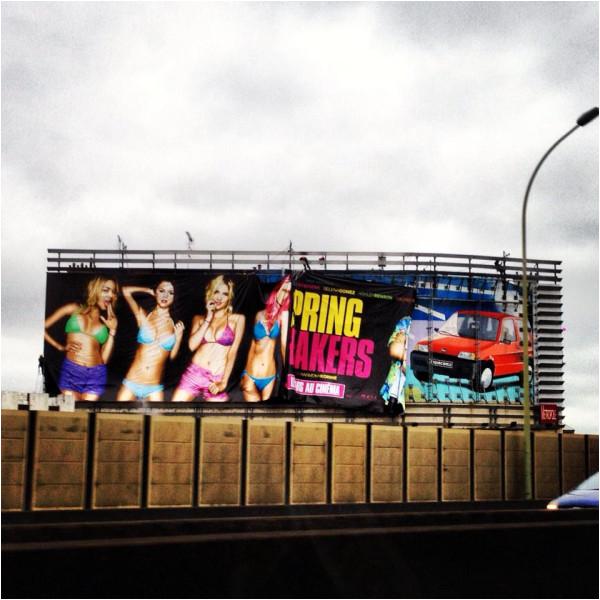 × Affiche de Spring Breakers installée ce 1er février sur le périphérique parisien :)