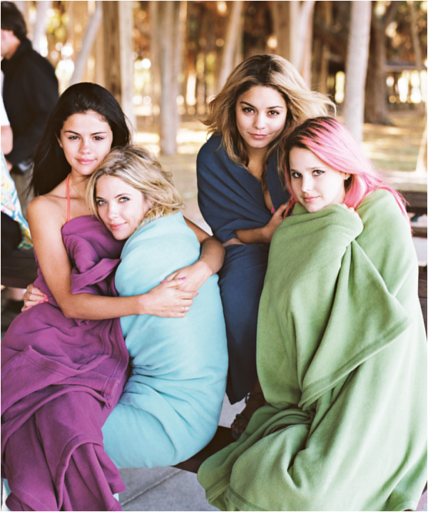 × Vanessa, Selena, Ashley et Rachel posent pour Purple Fashion Mag lors du tournage de Spring Breakers
