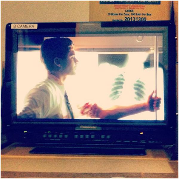 × Zac et sa co-star Marcia Gay Harden sur le tournage de Sparkland (où il incarne un médecin, d'où le sang)