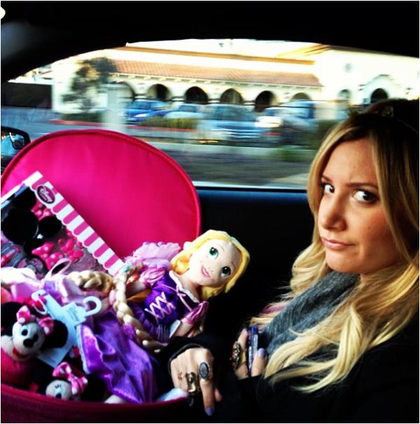 × Nouvelle photo d'Ashley qui se rendait hier (9 février) au 3e anniversaire de sa nièce Mikayla !