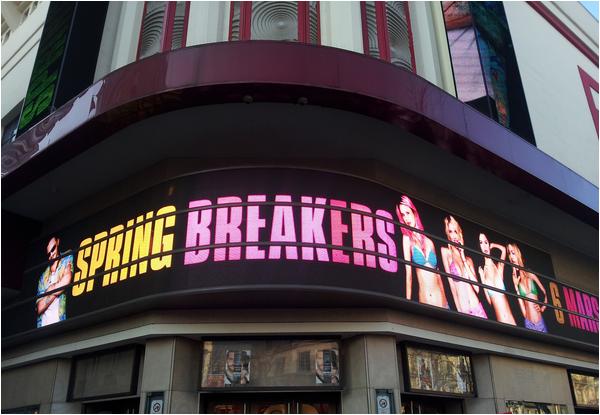 ×  Une journée dans la promotion de Spring Breakers à Paris