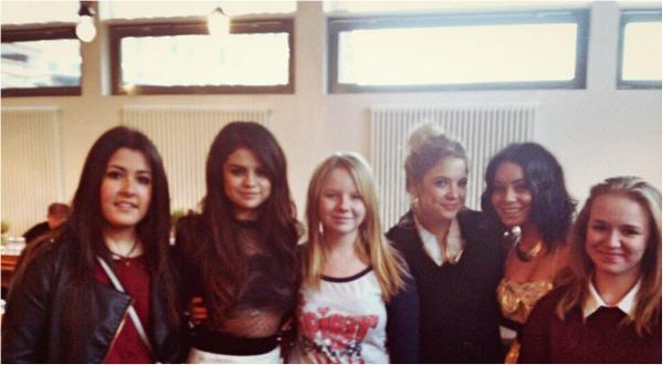 × Selena, Ashley et Vanessa avec des fans à Cologne en Allemagne ce 20 février.