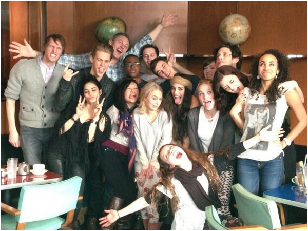 × Vanessa, Austin et AnnaSophia Robb au Coffee Shop à New-York ce 3 mars 2013.