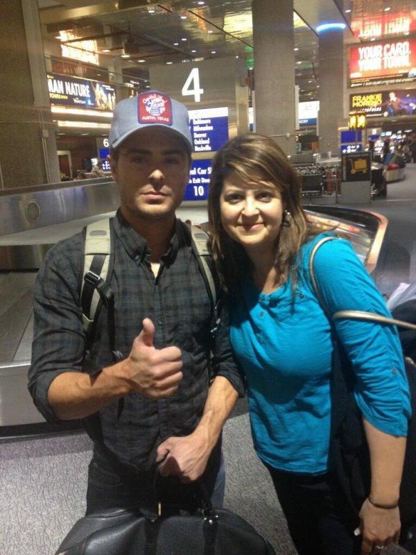× Zac qui prend la pose dans un aéroport hier avec la mère d'une fan. Retour au Texas pour assister au festival SXSW et y présenter At Any Price !