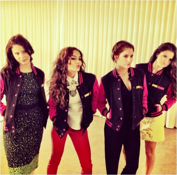 × Vanessa devant chez elle ce samedi 16 mars 2013. Vous aimez son look ? :-)