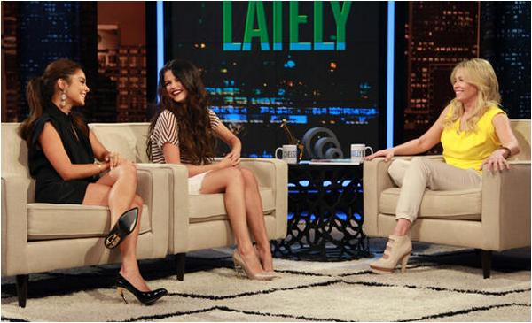 × Vanessa et Selena parlent de Spring Breakers à Chelsea Handler - l'émission a été diffusée le 21 mars dernier sur E! :-)