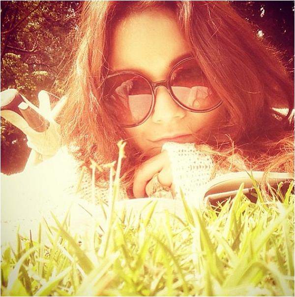 """× Vanessa sur Instagram """"Allongée dans un parc avec un partenaire spirituel et le soleil. Bon vendredi mes amours"""""""