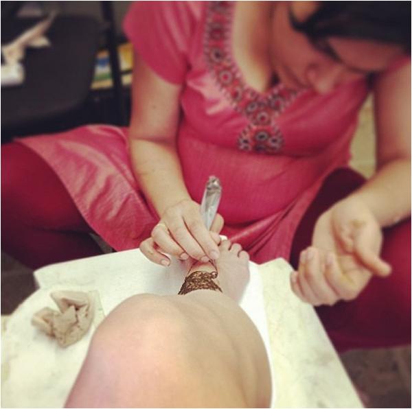 × Le festival Coachella, c'est ce week-end ! Vanessa est en mode préparation avec cette manucure spéciale Coachella et ce tatouage temporaire au henné ! Top ou flop ? En tout cas, ça promet côté look !