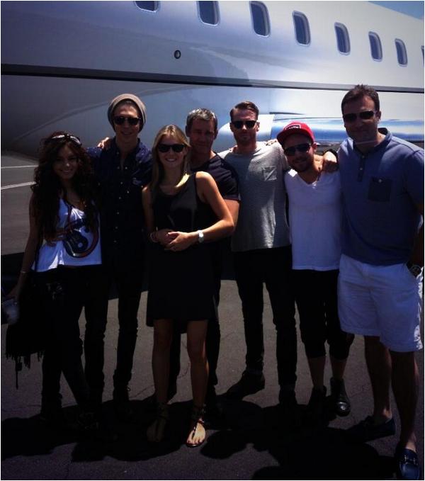 × Vanessa en route pour Las Vegas avec Austin, Shawn et des amis pour fêter l'anniversaire d'Oliver Trevena ce 11 mai 2013