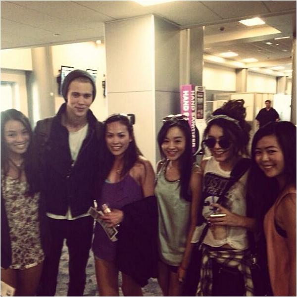 × Vanessa, Austin et des fans à l'aéroport de Las Vegas ce 12 mai 2013