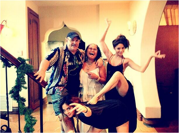 × Nouvelles photos de la famille Hudgens au complet : Greg, Gina, Vanessa et Stella :-)