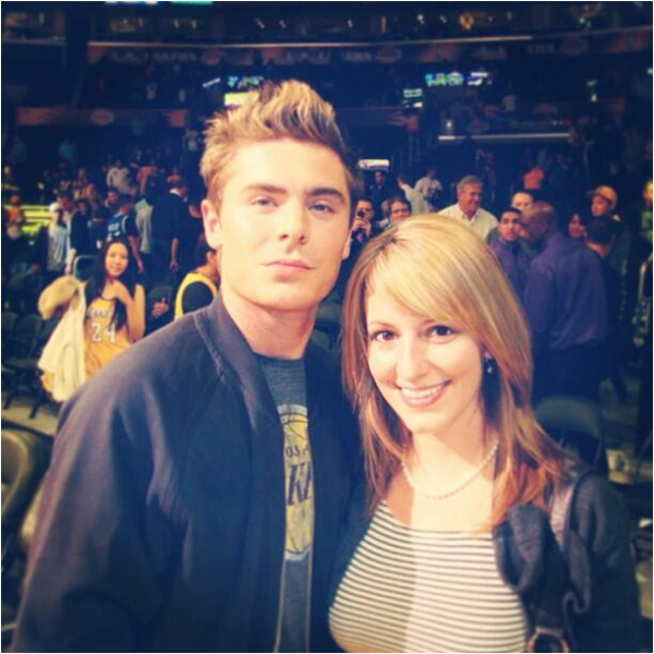 × Nouvelle photo de Zac qui pose avec une fan à un match de basket des Lakers !